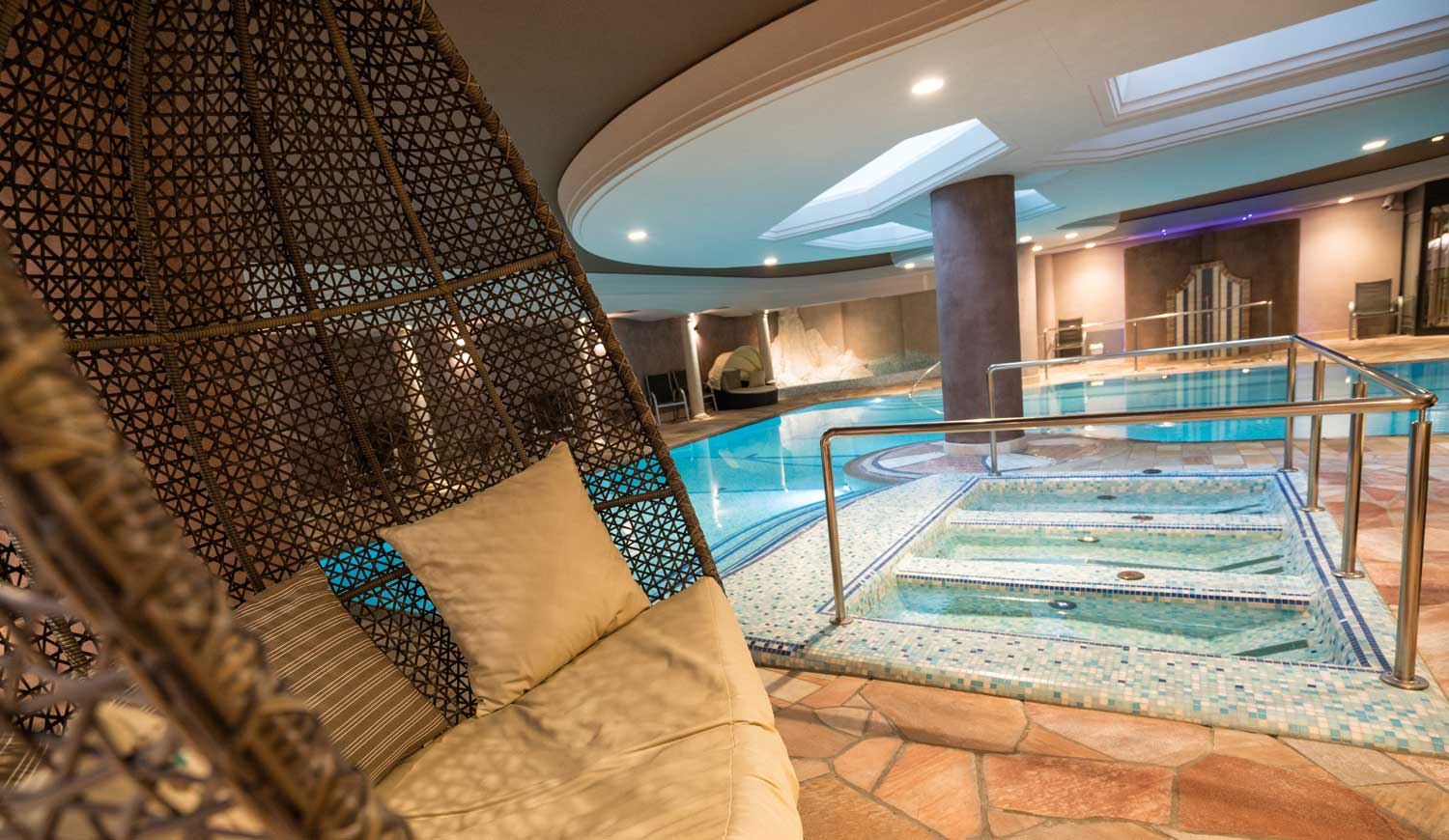 Innenpool un Whirlpool im Hotel Ideal Park